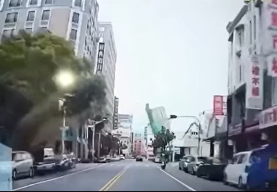 快訊/花蓮漫波飯店驚傳倒塌!小客車險遭壓垮 行車紀錄器曝光