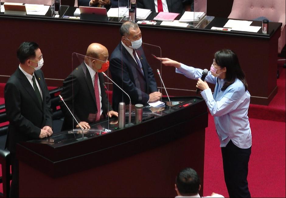 國會戰火!鄭麗文譏:第一個投降  蘇貞昌嗆:不像妳這麼不要臉