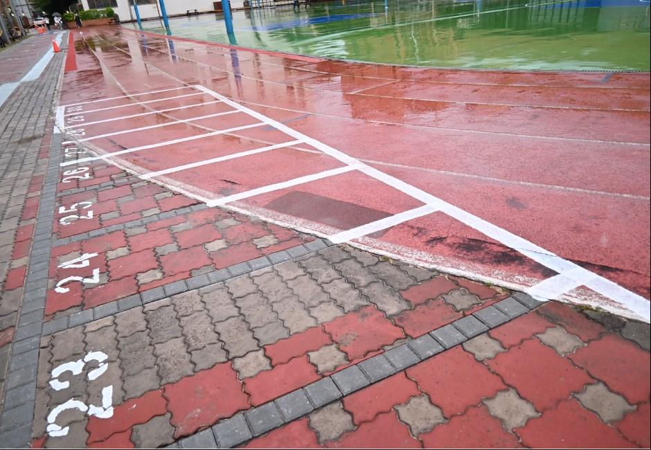 操場跑道畫停車格?世新大學澄清「依法暫時劃設」 悄令工人冒雨刷除再引議