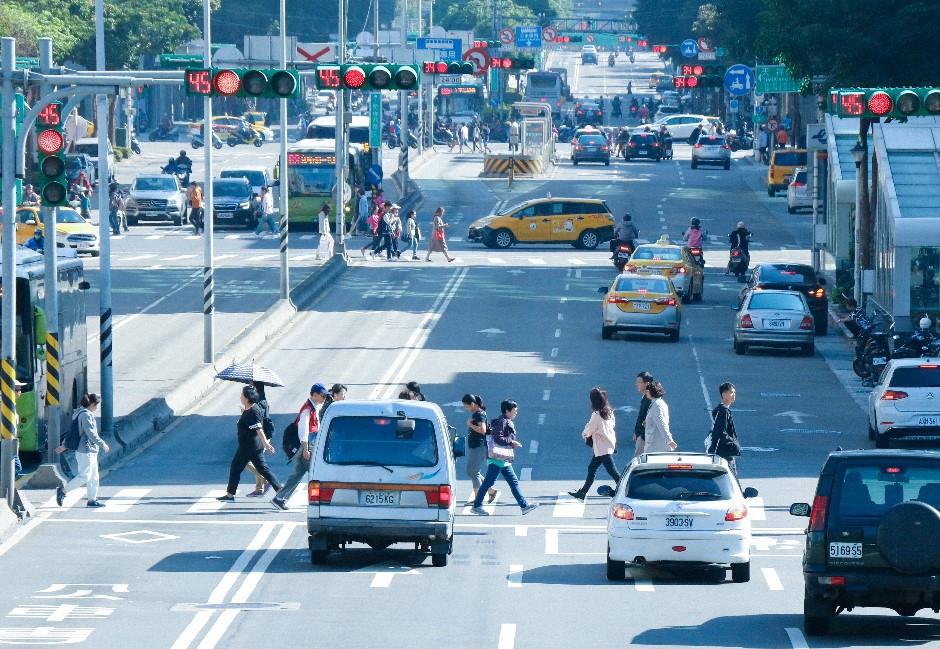 檢舉魔人慘了!檢舉交通違規限縮46項 汽車駕駛用手機、遮車牌「不得舉發」